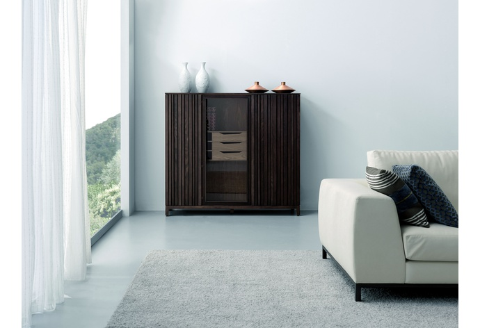 Essencial Showcase with 2 Slatted Doors